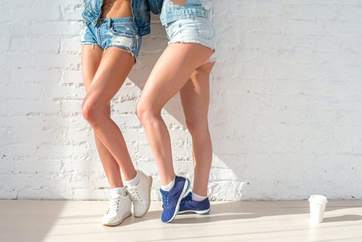 二人女性の足