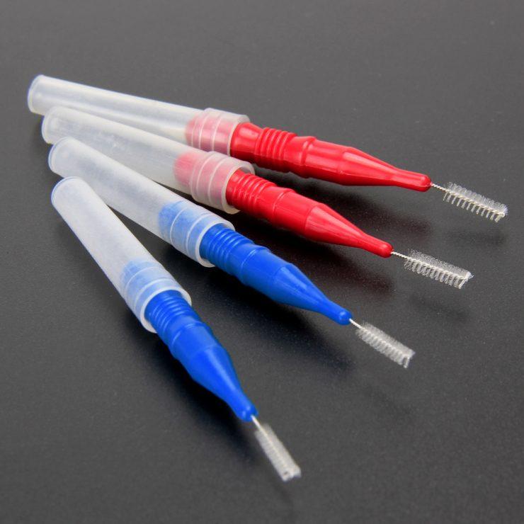 2本青い歯間ブラシと2本赤い歯間ブラシ