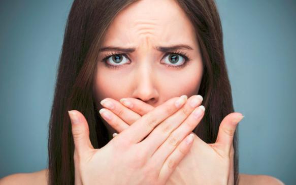 鼻を覆っている女性