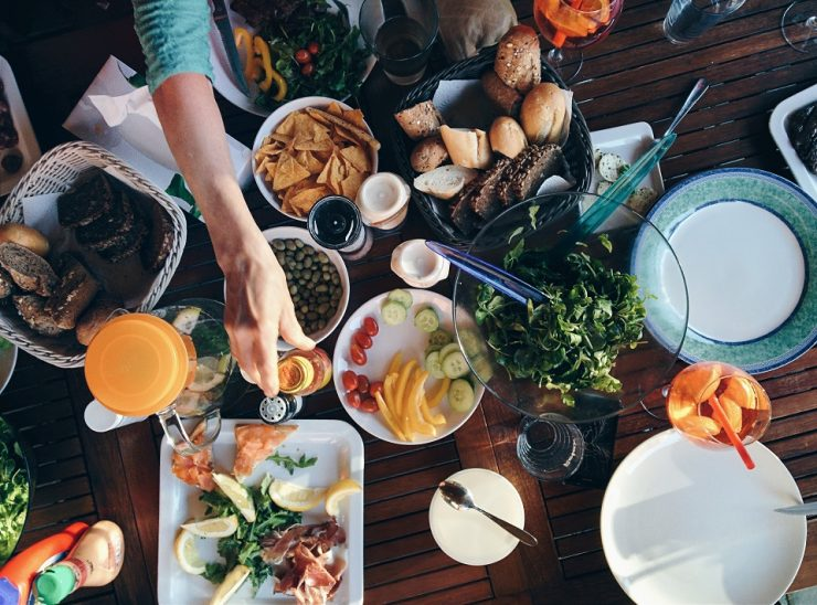 食べ物がたくさんテーブルの上に並んでいる