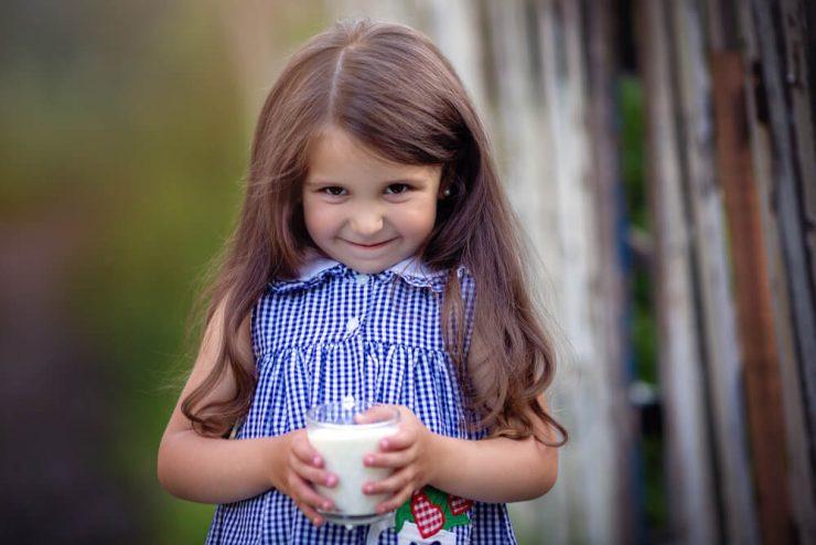 牛乳をもって笑う少女