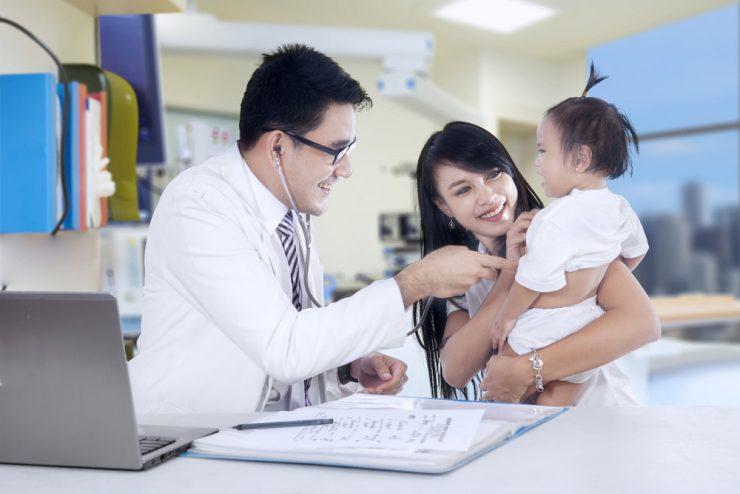 お医者さんと赤ちゃんと赤ちゃんの母親