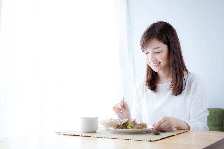 女性が食事をしている