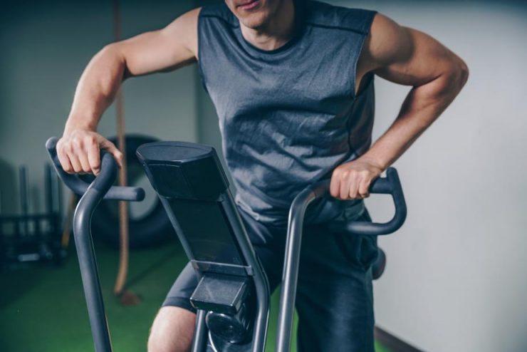 エアロバイクでトレーニングしている男性