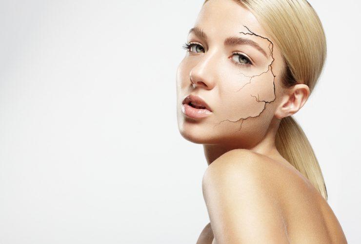 顔の肌がひび割れている女性