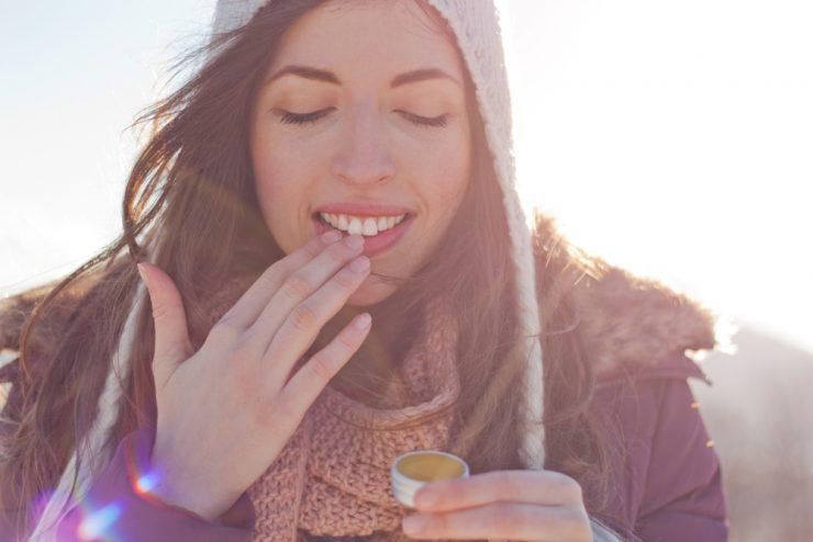 リップクリームを塗っている女性