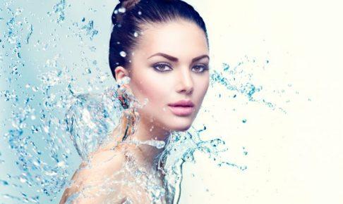 女性の周りに水滴が飛んでいる