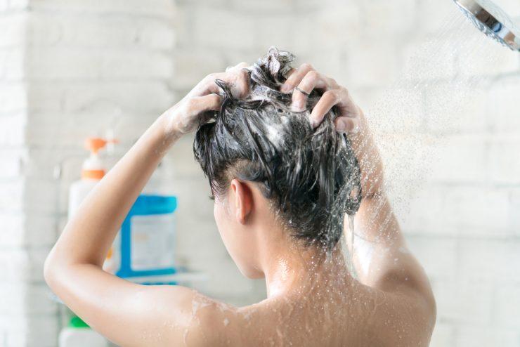 頭を洗っている女性