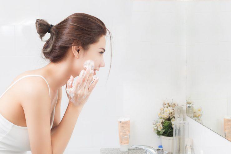 クリームを顔に塗っている女性