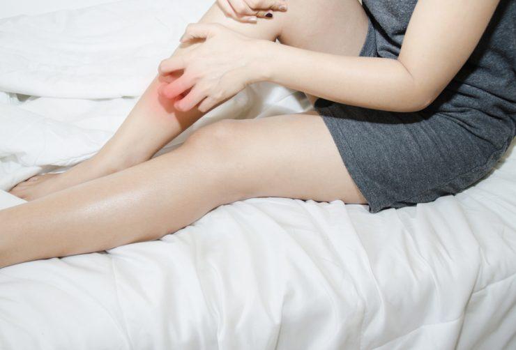 脛を抱えている女性
