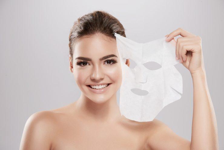 シートマスクを持っている女性