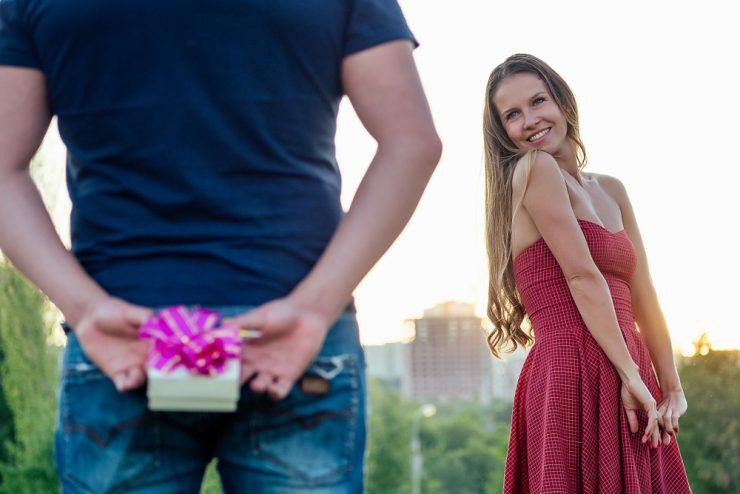 彼女にプレゼントをあげる