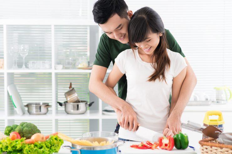 料理を作っているカップル