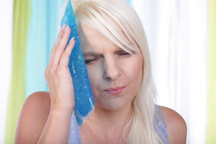 顔を冷やしている女性