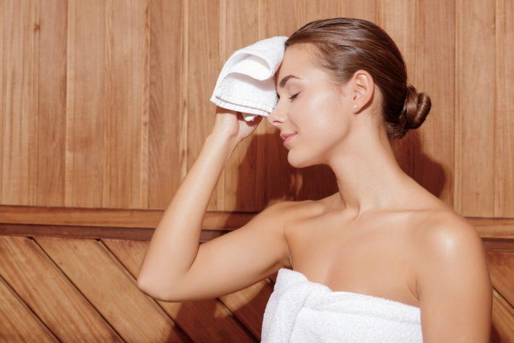 タオルで顔を拭いている女性