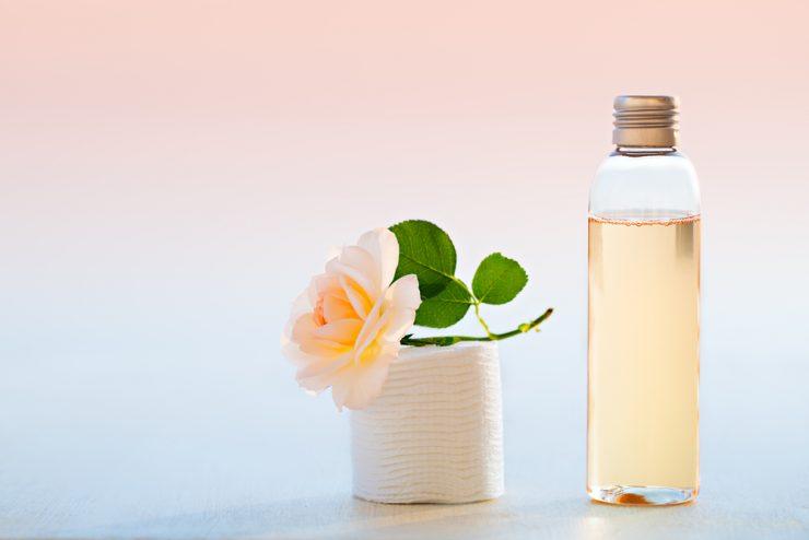 化粧水とバラ