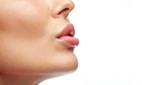 唇をとがらせている女性