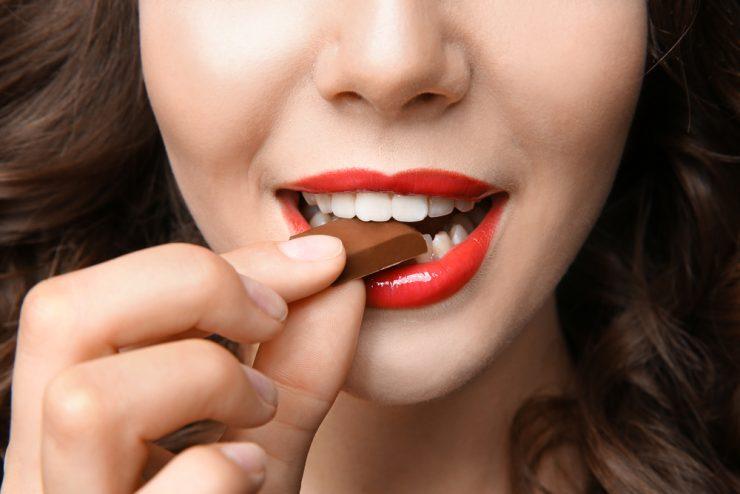 チョコレートを食べている