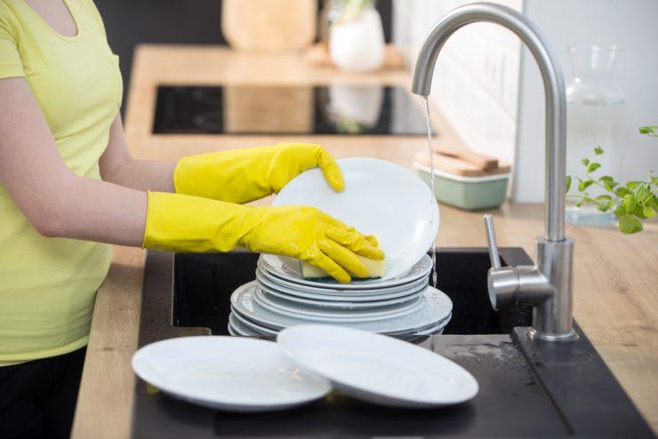 ゴム手袋で皿洗い