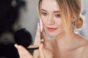 化粧している女性