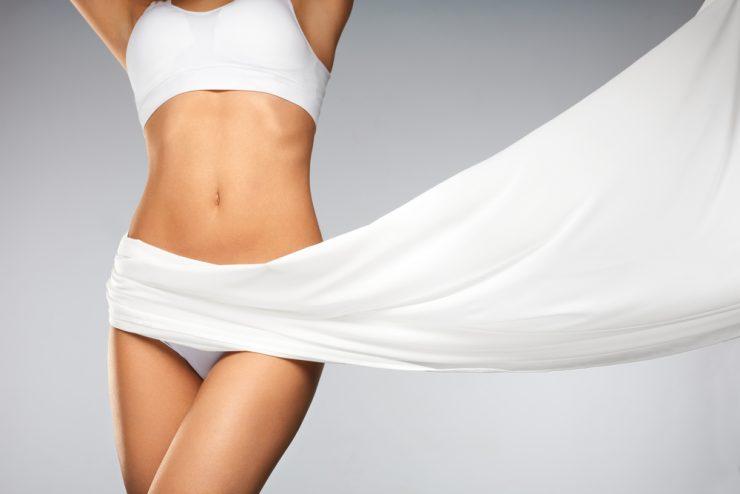 白い下着を着ている女性