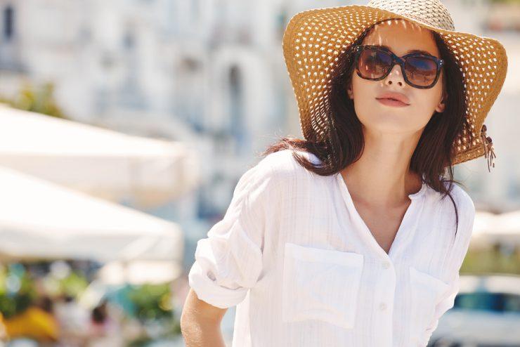 大きな帽子をかぶっている女性