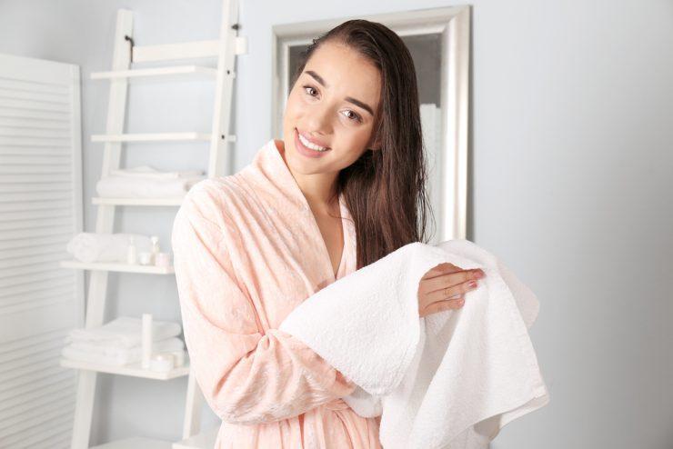 上野毛を拭いている女性