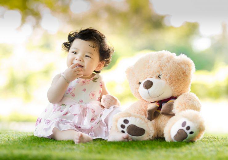 赤ちゃんと縫いぐるみ