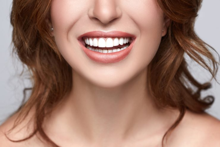 歯が白いきれいな女性