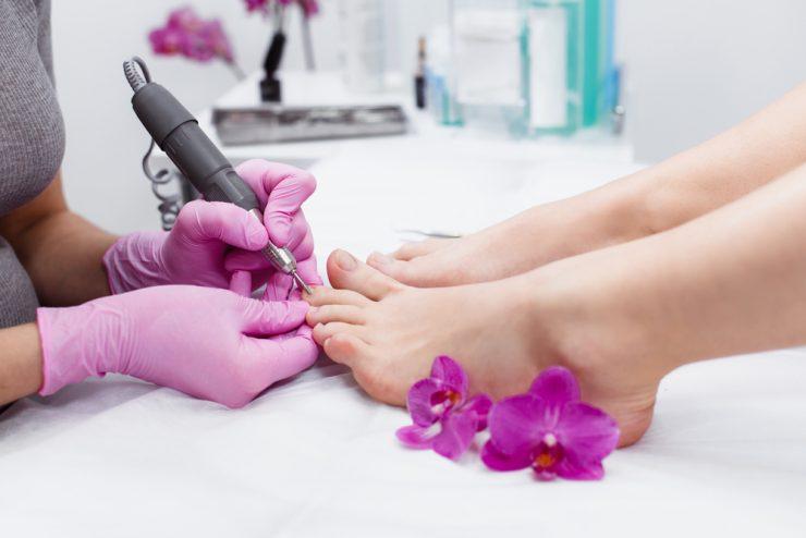 足の爪を掃除している