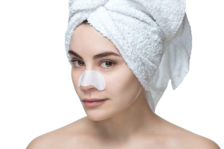 タオルを頭の上に巻いている女性