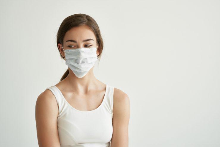 マスクをつけている女性