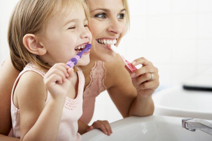 親子が歯磨きしている