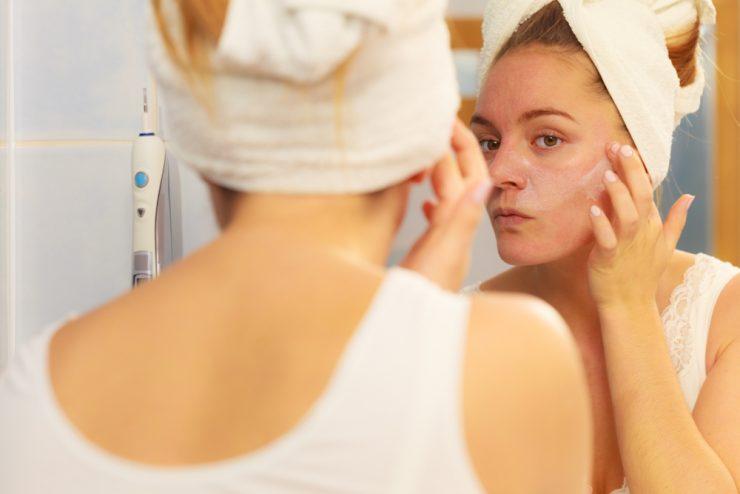 鏡を見ている女性