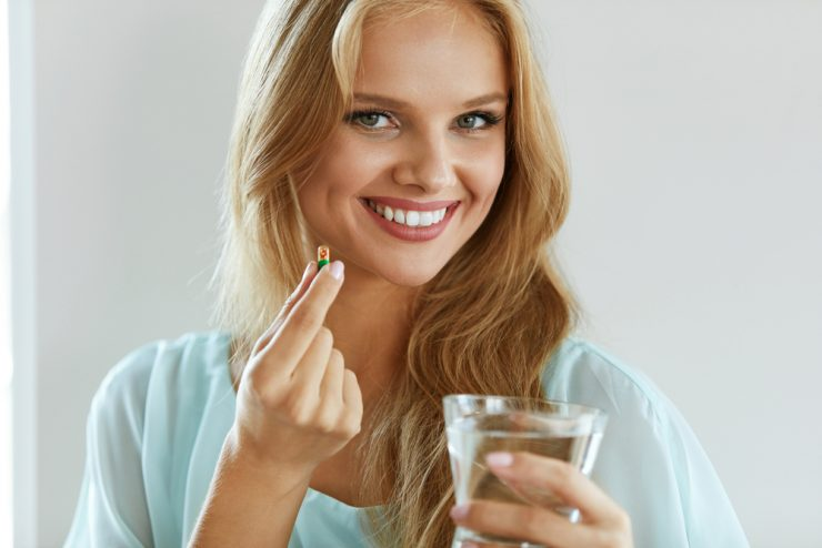 薬を飲むを準備している女性