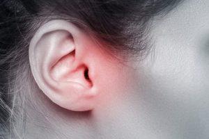 耳が赤くなっている女性