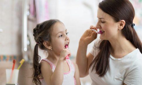 こどもと歯磨きをしている親子