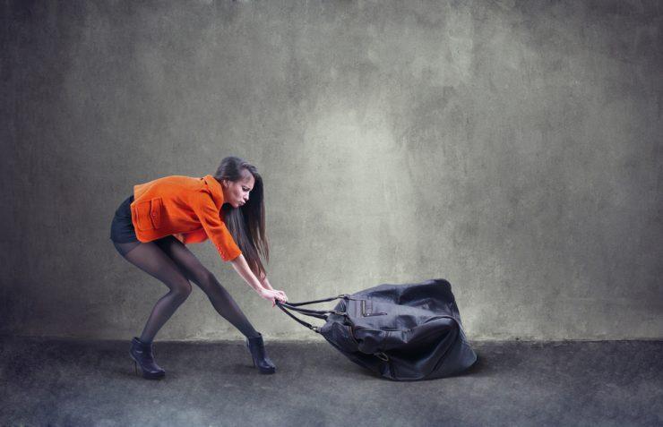 重いものを持っている女性