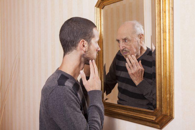 鏡を見ている男性