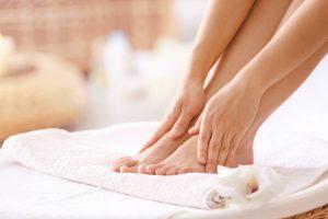 タオルで足を拭いている